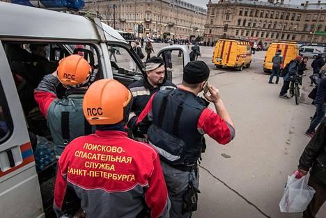 Pietarin pelastuslaitoksen työntekijät maanantaina Semjanan metroaseman läheisyydessä.