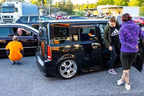 Sakari Hyvämäki violetissa Toyota Crown Majestassa juttelee Aku Huhdan kanssa samalla, kun Carita Nyqvist nousee Mia Laineen juuri hankitusta Toyota BB:stä.