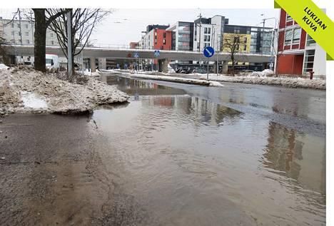 Putkirikko nosti vesijohtovettä Soittajantielle Kannelmäessä.