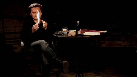 Valtteri Simonen esittää Andrei Višnevskin monologinäytelmässä ohjaajaa, joka pohtii elämänsä ja teatterin muutoksia.