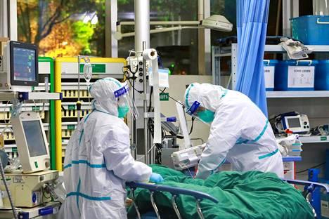 Terveydenhuollon työntekijät hoitavat potilasta Wuhanissa.