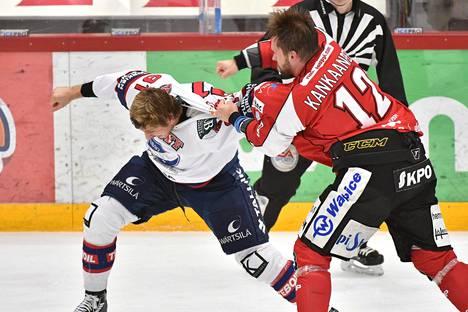 HIFK:n Corey Elkins (91) ja Sportin Markus Kankaanperä (12) tappelivat jääkiekon Liigan ottelussa Sport–HIFK Vaasassa 25. lokakuuta 2016.