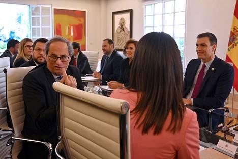 Neuvottelut käytiin pääministerin virka-asunnon huoneessa, joka on nimetty katalonialaisen taidemaalarin Antoni Tàpiesin mukaan.
