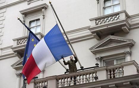 Lähetystövirkailija laski Ranskan lipun puolitankoon Ranskan Britannian-suurlähetystössä Lontoossa.