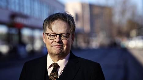 Helsingin pormestarikisaan ilmoittautunut Juhana Vartiainen kuvattuna Lasipalatsin edessä Mannerheimintiellä.
