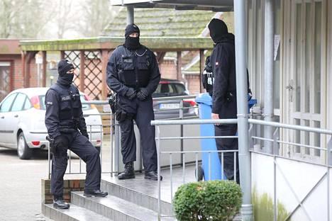 Saksan poliisin erikoisjoukot pidättivät väkivaltaisen hyökkäyksen suunnittelusta epäillyt miehet lähellä Tanskan rajaa Meldorfin kunnassa.