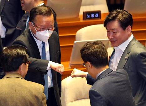 Eteläkorealaiset poliitikot tervehtivät toisiaan nyrkkitervehdyksellä Soulissa helmikuun lopulla.