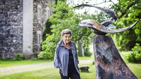 Laila Pullinen Nissbackan kartanollaan veistostensa luona vuonna 2013.