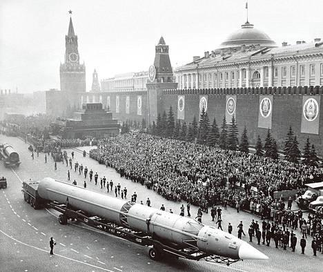 1960-luvulla Moskovan Punaisentorin paraateissa esiteltiin muun muassa mannertenvälisiä ohjuksia.