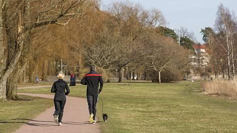 Tärkeintä on liike. Jos vauhti väsyttää, lenkillä voi myös kävellä.