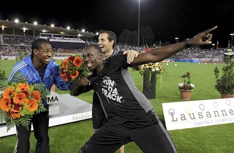 Jamaikan Usain Bolt (kesk) ja Yohan Blake juhlivat torstaina Lausannessa Timanttiliigan kilpailussa.
