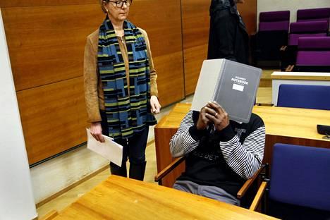Epäilty mies vangitsemisoikeudenkäynnissä torstaina.