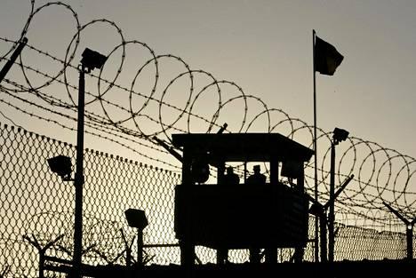Yhdysvaltain armeijan sotilaita vartiossa Guantánamon vankileirillä Kuubassa tammikuussa 2006.