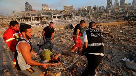 Sataman räjähdyksessä loukkaantunutta uhria kuljetettiin hoitoon tiistai-iltana.