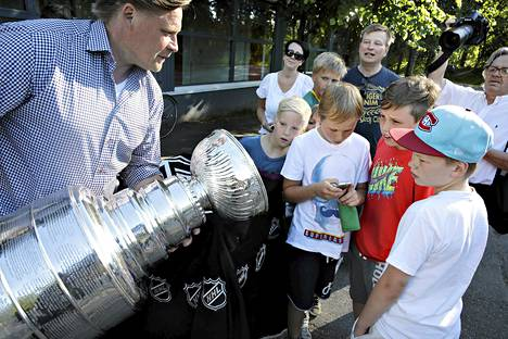 NHL:n tuoreen mestarijoukkueen Los Angeles Kingsin kykyjenetsijä Christian Ruuttu toi Stanley Cupin näytille Myllypuron jäähallille.
