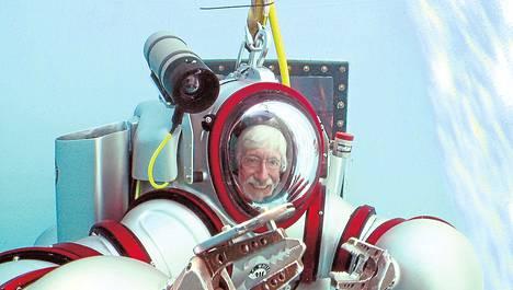 Merentutkija Jacques Cousteaun poika Jean-Michel kokeili hiljattain mullistavaa sukelluspukua.