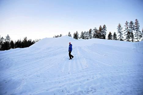 Kontiolahdella on ollut lämmin, keväinen sää. Lunta oli kisojen alkaessa reservissä yli 20 000 kuutiometria. Kuvassa kilpailujohtaja VIlle Haapala tykkilumikasan päällä.