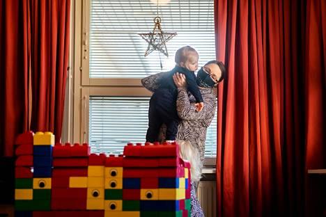 Lastenhoitaja Jonna Vilenius on työskennellyt 22 vuotta Sorsakorven päiväkodissa Keravalla.
