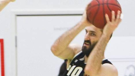 Karhu Basketin kapteeni Bojan Sarcevicista julkaistiin maanantaina valeuutinen, jonka mukaan hän olisi siirtymässä pois Kauhajoelta.