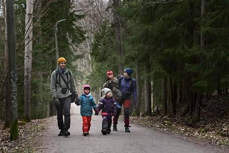 Kalle Meller (vas.), Vanamo Meller, Isla Lainiola, Teo Lainiola ja Mira Lainiola retkeilivät Itä-Helsingin Mustavuoressa torstaina.