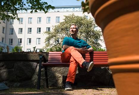 Pertti Hakkarainen on Husin raiskaustukikeskuksen psykologi. Naistenklinikan yhteydessä olevaan keskukseen voi saapua, jos raiskauksesta on alle kuukausi.