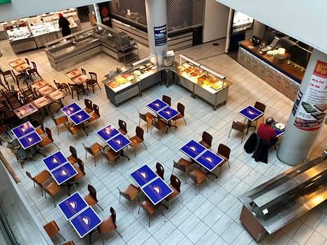 Helsingin Kaisaniemessä sijaitsevalla ravintolapihalla oli lounasaikaan vain muutama ruokailija 23. maaliskuuta. Osa ravintoloista oli jo sulkenut myyntipisteensä.