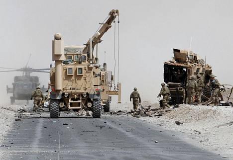 Yhdysvaltalaiset joukot raivasivat pommi-iskun kohteeksi joutunutta panssariajoneuvoa Kandaharin maakunnassa elokuussa 2017.