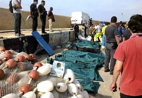 Lohduton näky Lampedusalla. Ruumiita tuotiin aamusta lähtien saaren rannalle.