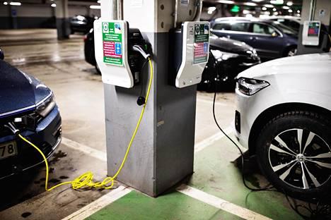 Sähköautoille on rakennettu uusia latauspisteitä hanakasti viime aikoina. Alan etujärjestön mukaan hankintatukea pitäisi muuttaa, jotta sähköautokanta kasvaisi nopeammin.