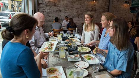 Elizabeth North (vas.) oli illastamassa ystäviensä kanssa Alatri Bros. -ravintolassa.