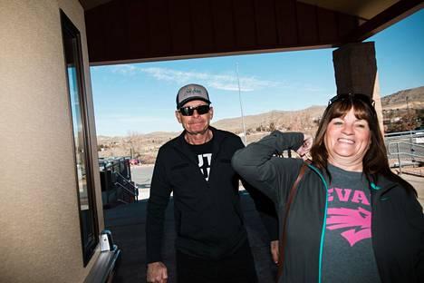 Nevadalaiset Paul Andrews ja Debbie Phillips kävelevät North Valleys -lukioon.