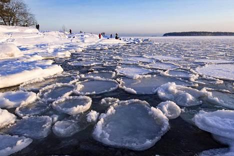 Jäämuodostumia Lauttasaaren edustalla.