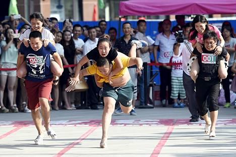 Pari oli kaatumaisillaan kesken Kiinan Taiyuanissa järjestetyn korkokenkäjuoksukilpailun perjantaina.