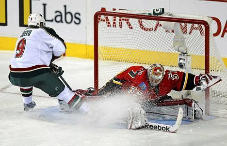 Näin Mikko Koivu iski kiekon voittolaukauskisassa ohi Calgaryn maalivahdin Leland Irvingin.