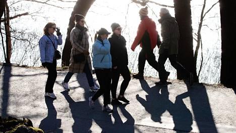 Ulkoilijoita ja lenkkeilijöitä Töölönlahdella keskiviikkona.