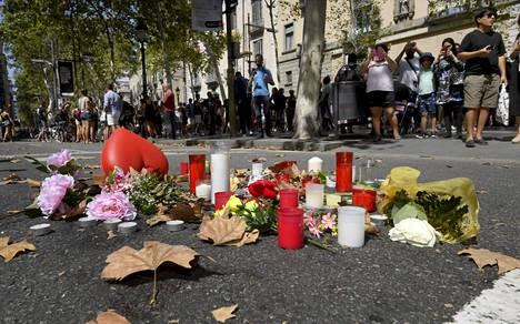 Barcelonan La Rambla -kadulle tuotiin kukkia ja kynttilöitä, kun terroristi oli ajanut siellä väkijoukkoon viime viikon torstaina.