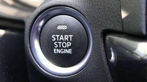 Niin sanottujen avaimettomien autojen tietoturvasta on löytynyt puutteita. Tällaiset autot käynnistetään usein avaimen sijaan napilla.