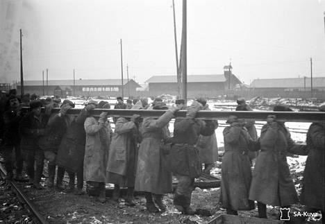 Vankeja ratatöissä Äänislinnassa eli Petroskoissa lokakuussa 1941.