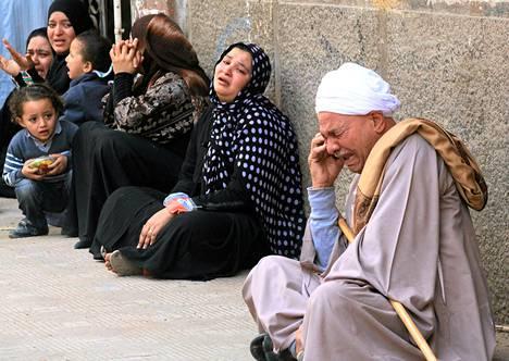 Syrjäytetyn presidentti Mohamad Mursin kannattajien sukulaiset itkivät oikeustalon ulkopuolella maaliskuun lopulla Minyassa. Oikeus tuomitsi silloin 529 Mursin kannattajaa kuolemaan vain kahden oikeuskäsittelyn jälkeen.