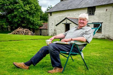 Tuore elämäkerta piirtää synkän kuvan pääministeri Boris Johnsonin isästä Stanley Johnsonista. Kuvassa Stanley Johnson (s. 1940) maatilallaan kesällä 2017. Hän osallistui samana syksynä viidakossa kuvattuun julkkisten viihdeohjelmaan.