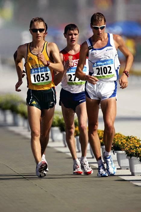Jared Tallent (vas.) vaatii Lontoon olympialaisten kultamitalia itselleen. Kuva Pekingistä vuodelta 2008, jolloin Tallen otti hopeaa, Denis Nizhegorodov pronssia ja Alex Schwarzer kultaa .