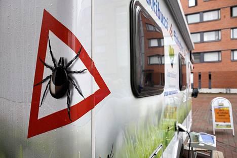 Punkkibussit kiertävät Suomessa rokottamassa ihmisiä puutiaisaivotulehdusta vastaan.