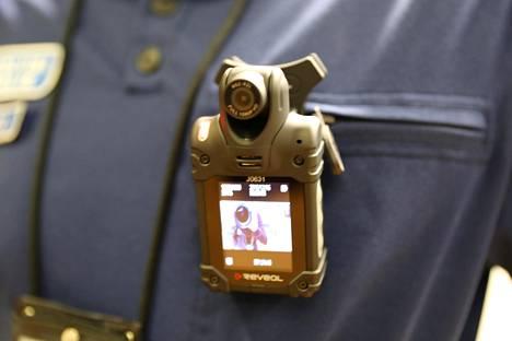 Vartalokamera kiinnitetään kenttäpoliisin haalariin. Laite tallentaa kuvaa ja ääntä.