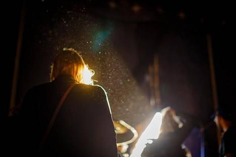 (22.10) Telttakankaan rajaama elokuvan taikapiiri murtuu vasta näytöksen päättyessä, kun katsojat purkautuvat ulos suuresta teltasta Lapin kesään. Tulinen tyttö -mykkäelokuva päättyi perjantai-iltana kello kymmenen aikaan ilta-auringon hivellessä teltan seiniä.