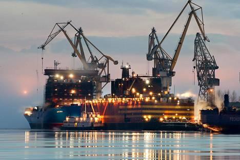 Venäläinen Akademik Lomonosov on kelluva ydinvoimala, jossa on kaksi pienreaktoria. Niiden teho on yhteensä 70 megawattia. Alus voidaan hinata kaupungin lähistölle tuottamaan sähköä ja kaukolämpöä noin 200 000 ihmisen tarpeisiin.