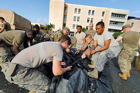 Lääkintäosaston sotilaat kasasivat sunnuntaina telttaa valmistautuessaan yksikkönsä evakuointiin Yhdysvaltain Neisytsaarilla, jossa sotilaat ovat korjaamassa Irma-myrskyn jälkiä. Uusi hurrikaani Maria lähestyy Atlantilta alkuviikosta.