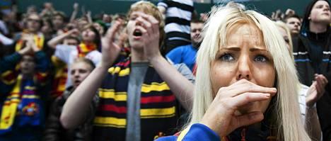 Camilla Burtsov kannusti Jokereita Areenan jokerikatsomossa ottelussa Kärppiä vastaan.