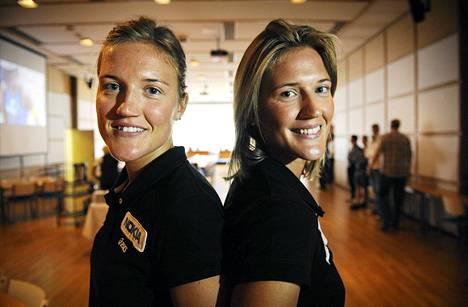 Suomen beach volleyn ykköspari Erika (vas.) ja Emilia Nyström