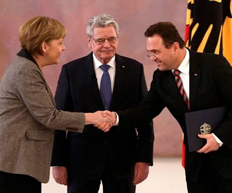 Saksan liittopresidentin Joachim Gauckin (kesk.) poliittinen valta on lähinnä seremoniallista. Maanantaina hän siunasi maatalousministeri Hans-Peter Friedrichin eron Angela Merkelin hallituksesta.