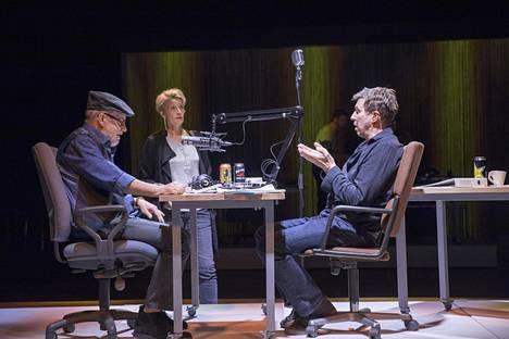 Radiotoimittajien esittävät Raimo Grönberg (vas.) ja Martti Suosalo kohtaavat näytelmässä Vera Kiiskisen esittämän kanavauudistajan.